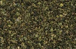 Les feuilles roulées du thé vert d'Oolong de Chinois ont isolé le fond photographie stock