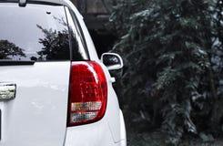 Les feux arrière rouges de voiture semblent modernes avec des fonds d'image noirs et blancs image libre de droits