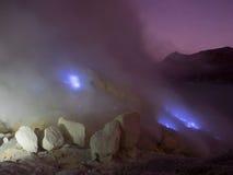 Les feux bleus de soufre, Mt Ijen, Indonésie Image libre de droits