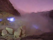 Les feux bleus de soufre, Mt Ijen, Indonésie Image stock