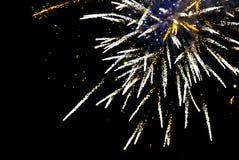 Les feux d'artifice éclatent dans le ciel sur un noir Photographie stock libre de droits