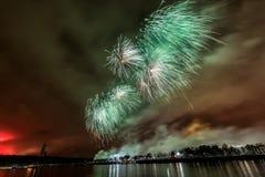 Les feux d'artifice éclatent le scintillement avec des résultats d'éblouissement à Moscou, Russie 23 février célébration Photographie stock
