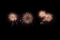 Les feux d'artifice abstraits allument le ciel foncé Photographie stock