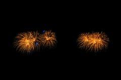 Les feux d'artifice abstraits allument le ciel foncé Photographie stock libre de droits