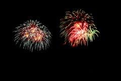Les feux d'artifice abstraits allument le ciel foncé Image stock
