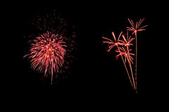 Les feux d'artifice abstraits allument le ciel foncé Photo libre de droits