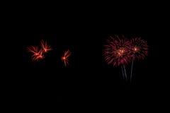 Les feux d'artifice abstraits allument le ciel foncé Photos stock