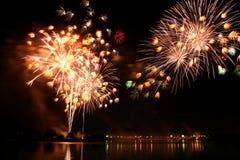 Les feux d'artifice abstraits s'allument dans le ciel la nuit Images libres de droits