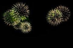Les feux d'artifice abstraits s'allument dans le ciel la nuit Photographie stock libre de droits