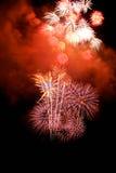 Les feux d'artifice abstraits s'allument dans le ciel la nuit Photographie stock