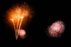 Les feux d'artifice abstraits s'allument dans le ciel la nuit Images stock