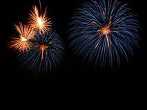 Les feux d'artifice abstraits s'allument dans le ciel la nuit Photos libres de droits