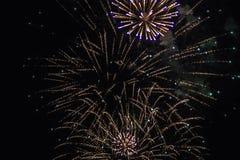 Les feux d'artifice allument le ciel photos libres de droits