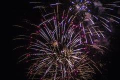 Les feux d'artifice allument le ciel photos stock