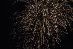 Les feux d'artifice allument le ciel photographie stock libre de droits