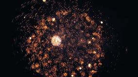 Les feux d'artifice allument le ciel avec l'affichage d'éblouissement