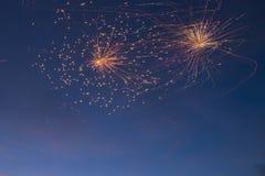 Les feux d'artifice allument le ciel avec l'affichage d'éblouissement Images libres de droits