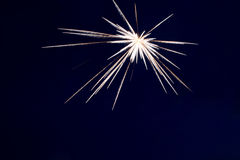 Les feux d'artifice allument le ciel avec l'affichage d'éblouissement Photo libre de droits