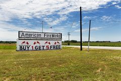 Les feux d'artifice américains s'ajoutent et stockent le long d'une route de campagne dans le Texas rural Photos libres de droits