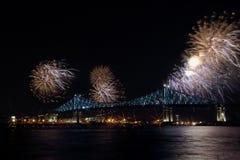 Les feux d'artifice colorés éclatent au-dessus du pont Anniversaire de Montreal's 375th Jacques interactif coloré lumineux C Image stock