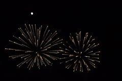 Les feux d'artifice couplent sous une pleine lune lumineuse Photographie stock