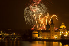 Les feux d'artifice d'an neuf à Prague. Photo stock