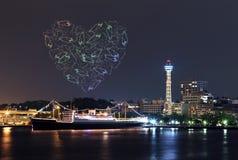 Les feux d'artifice de coeur célébrant au-dessus de la marina aboient dans la ville de Yokohama Photo stock