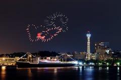 Les feux d'artifice de coeur célébrant au-dessus de la marina aboient dans la ville de Yokohama Photos stock