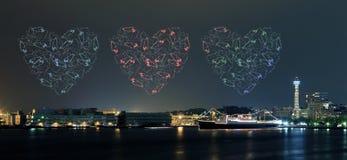 Les feux d'artifice de coeur célébrant au-dessus de la marina aboient dans la ville de Yokohama Photo libre de droits