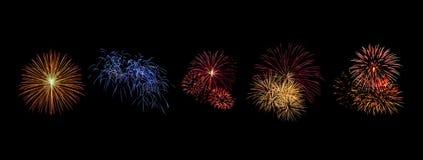 Les feux d'artifice de couleur réglés s'allument sur le ciel avec l'affichage d'éblouissement sur le fond noir Photographie stock