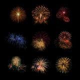 Les feux d'artifice de couleur réglés s'allument sur le ciel avec l'affichage d'éblouissement Image stock