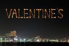 Les feux d'artifice de l'étincelle de Valentine célébrant au-dessus de Pattaya échouent à Image stock