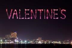 Les feux d'artifice de l'étincelle de Valentine célébrant au-dessus de Pattaya échouent à Photographie stock