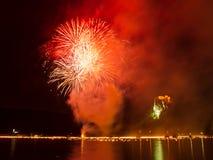 Les feux d'artifice de minuit annuels au lac ont saigné, couleur rouge Photographie stock libre de droits