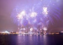 Les feux d'artifice de nouvelle année à Riga Photos stock