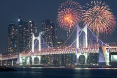 Les feux d'artifice de nouvelle année montrent au pont de Gwangan avec la ville de Busan au CCB images libres de droits