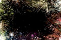 Les feux d'artifice encadrent au fond noir Photos libres de droits