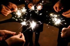 Les feux d'artifice illuminent dans l'obscurité pour la célébration Image libre de droits