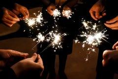 Les feux d'artifice illuminent dans l'obscurité pour la célébration Images libres de droits
