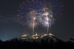 Les feux d'artifice montrent au-dessus du Phara Nakhon Khiri Festival #30, Image stock