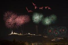 Les feux d'artifice montrent au-dessus du Phara Nakhon Khiri Festival #30, Photo stock