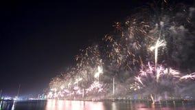 Les feux d'artifice montrent la veille de nouvelles années en Abu Dhabi banque de vidéos