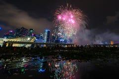 Les feux d'artifice montrent pendant la prévision 2014 du défilé de jour national (NDP) le 2 août 2014 Image libre de droits