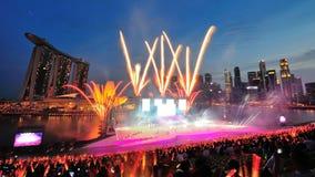 Les feux d'artifice montrent pendant la répétition 2013 du défilé de jour national (NDP) Images libres de droits