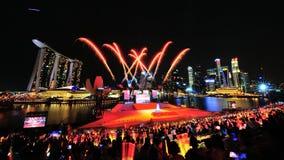 Les feux d'artifice montrent pendant la répétition 2013 du défilé de jour national (NDP) Image stock