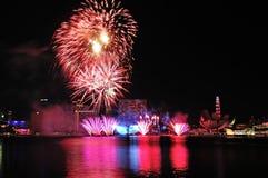 Les feux d'artifice montrent pendant la répétition 2013 du défilé de jour national (NDP) Image libre de droits