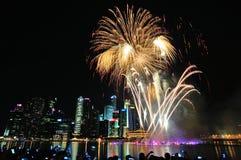 Les feux d'artifice montrent pendant le défilé de jour national (NDP) 2013 à Singapour Images stock