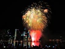 Les feux d'artifice montrent pendant le défilé de jour national (NDP) 2013 à Singapour Photographie stock libre de droits