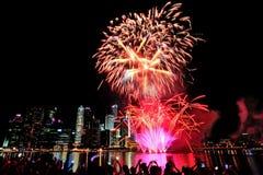 Les feux d'artifice montrent pendant le défilé de jour national (NDP) 2013 Photos stock