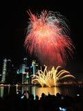Les feux d'artifice montrent pendant le défilé de jour national (NDP) 2013 Photo stock